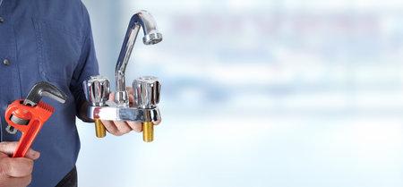 水で配管工の手は青い背景にタップします。 写真素材 - 49257103