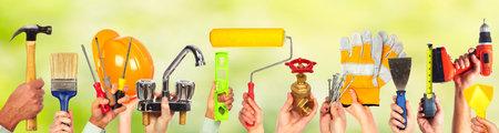 Mains de bricoleur avec des outils. Maison rénovation et de construction. Banque d'images - 49257121