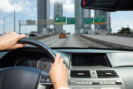 자동차 운전자의 손. 사람들은 차도에서 운전.