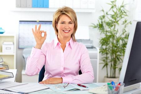 Femme d'affaires d'âge mûr travailler avec l'ordinateur dans le bureau. Banque d'images - 49253992