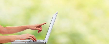 Handen van de vrouw met laptop computer.