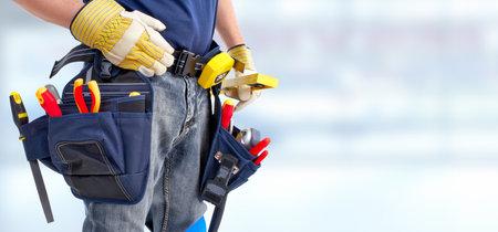 Manitas constructor con herramientas de construcción. Fondo Renovación de la casa.