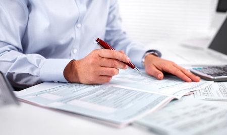 Handen van accountant zakenvrouw werken met rekenmachine. Stockfoto