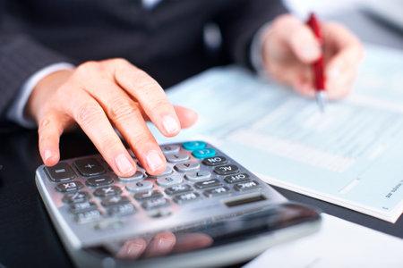 Manos de mujer de negocios de contador que trabaja con la calculadora.