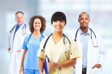 医療クリニックの背景に病院の医師たちのグループです。