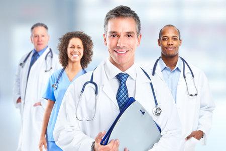 Groep van ziekenhuisartsen dan Gezondheidszorg kliniek achtergrond. Stockfoto