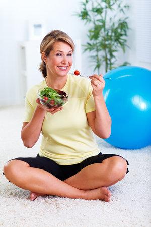 Bejaarde vrouw salade eten. Dieet en voeding concept achtergrond.