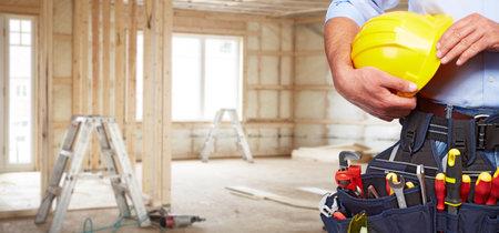 Builder bricoleur avec des outils de construction. Rénovation de la maison de fond. Banque d'images
