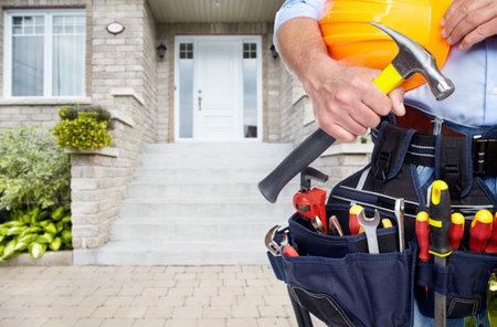 Aptekach z paskiem narzędzi. Usługa remont domu.