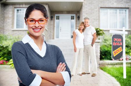 新しい家の近くの不動産業者の女性。販売コンセプトの家。