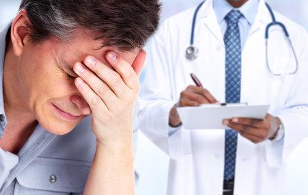 Uomo stanco con cefalea emicranica. Stress e salute. Archivio Fotografico