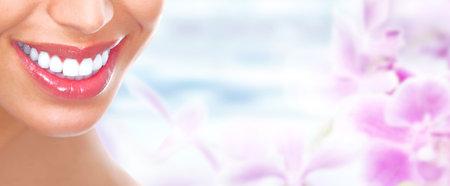 Schöne Frau, Lächeln mit gesunden weißen Zähnen. Dental Gesundheitspflege.