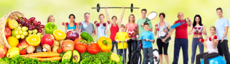 Group of fitness people with fruits and vegetables. Diet and weight loss banner. Banque d'images