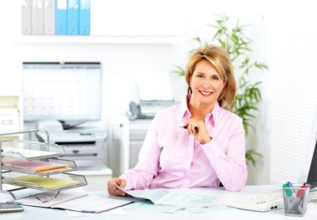 Mooie rijpe vrouw werkt in een modern kantoor.