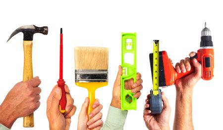 Manos de la manitas con herramientas. Renovación de la casa y la construcción.