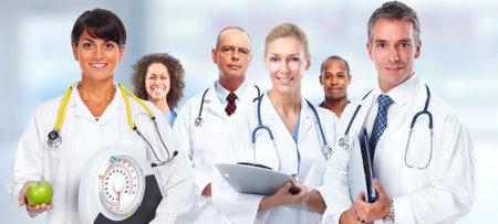 Arts vrouw met schalen en appel over gezondheidszorg achtergrond. Stockfoto