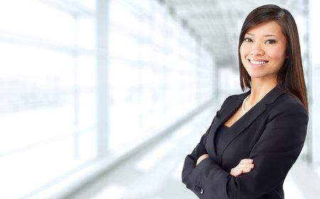 Belle femme d'affaires chinoise sur fond de bureau bleu. Banque d'images