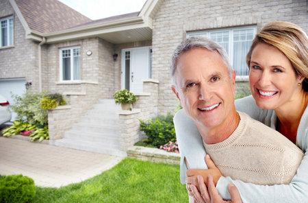 Heureux couple de personnes âgées dans l'amour près de nouvelle maison. concept de retraite.