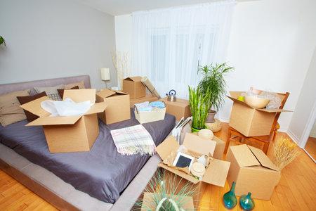새 집에 상자를 이동. 부동산 개념.