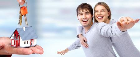 Couple heureux en amour près de la maison familiale. Real estate concept. Banque d'images