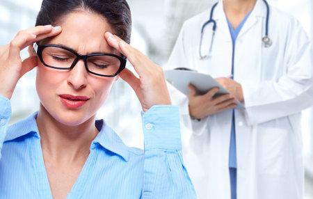 Mujer de negocios cansada con dolor de cabeza de migraña. El estrés y la salud.