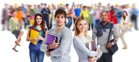 Grupa młodych uśmiechniętych studentów. Edukacja koncepcji tle.