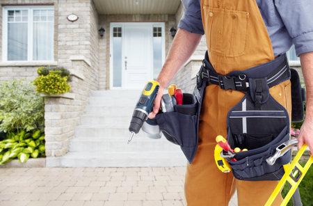 Bouwer handyman dicht bij huis. Huis renovatie achtergrond.