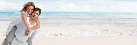 若いビーチの背景の上の愛のカップルの笑顔します。