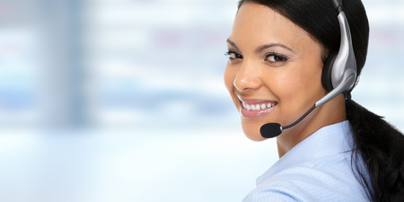 Sorridente donna d'affari asiatici agente con auricolari.