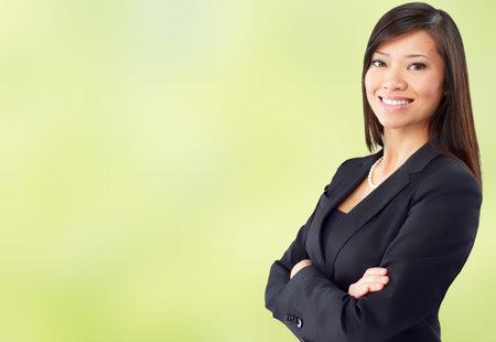Schöne chinesische Geschäftsfrau auf grünem Hintergrund.
