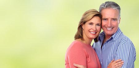 Couple de personnes âgées heureux en amour sur fond vert bannière.