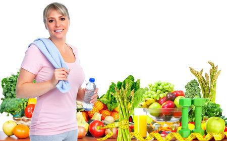anziano, donna con bottiglia di acqua. Dieta e lo sfondo dello sport.