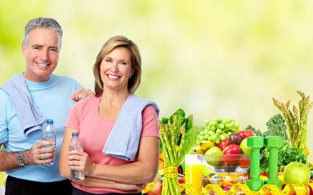 Lterer Mann und Frau mit einer Flasche Wasser. Abnehmen und Sport Hintergrund. Standard-Bild - 52884969