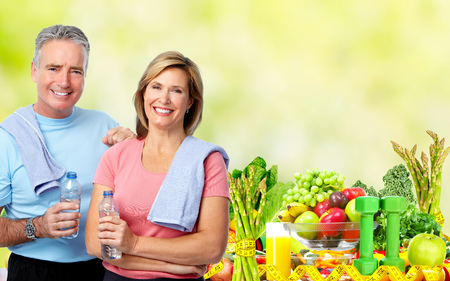 Senior man en vrouw met een fles water. Dieet en sport achtergrond. Stockfoto