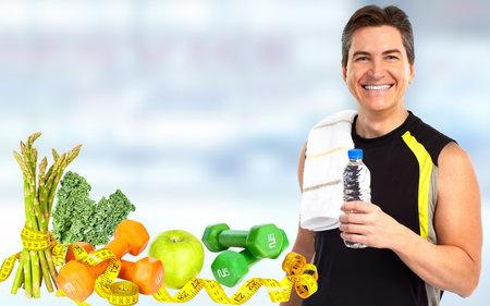 Junger Mann mit Flasche Wasser. Abnehmen und Sport Hintergrund.