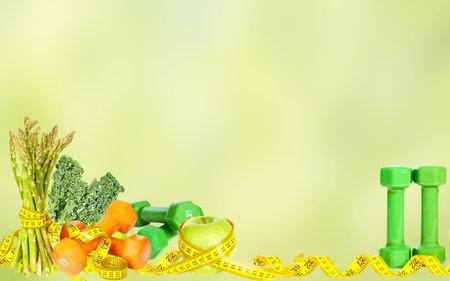 Verduras frutas y pesas. La dieta y el deporte de fondo. Foto de archivo