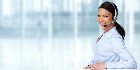 Glimlachende Aziatische middel zakenvrouw met hoofdtelefoons.