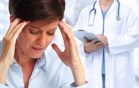 Zmęczona kobieta z bólem głowy migrena. Stres a zdrowie. Zdjęcie Seryjne