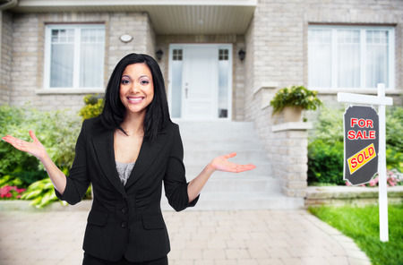 Real Estate agent vrouw in de buurt van het nieuwe huis. Huis voor verkoop concept. Stockfoto