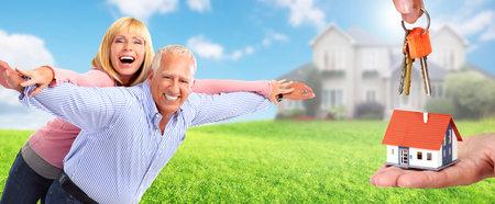 Heureux couple de personnes âgées dans l'amour près de la maison familiale. Concept de retraite. Banque d'images