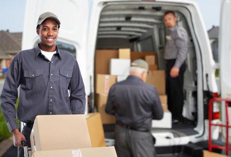 Entrega hombre afroamericano. servicio de correo urgente. Foto de archivo