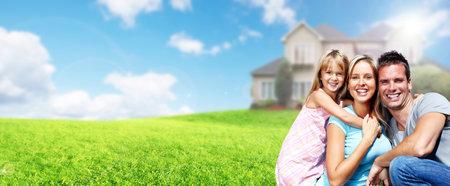 Felice famiglia con bambini vicino a casa nuova. Edilizia e immobiliari concetto.