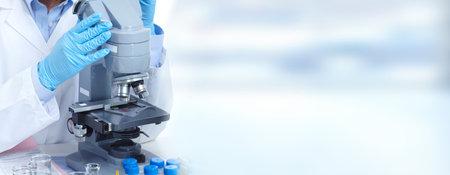 Artsenvrouw die met een microscoop werken Wetenschappelijke Microscoop. Medische gezondheidszorg onderzoek concept achtergrond. Stockfoto