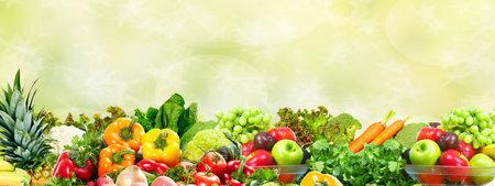 Verduras frescas y frutas sobre fondo verde. Dieta saludable.