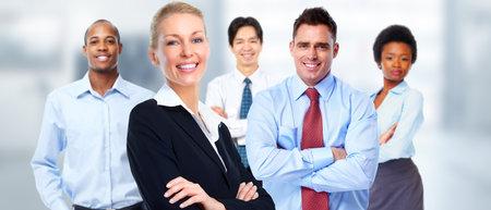 美しい若いビジネス女性労働者のチーム背景の上。