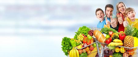 블루 추상적 인 배경 위에 식료품 쇼핑 카트 함께 행복 한 가족입니다. 스톡 콘텐츠
