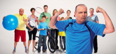 Forte di fitness uomo anziano su sfondo gruppo di persone.