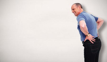 Senior homme avec une douleur au bas du dos. concept de problème de santé. Banque d'images