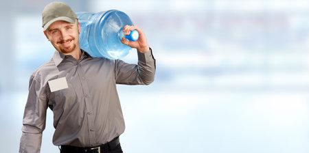 Servicio de entrega de agua hombre con botella grande sobre fondo azul.