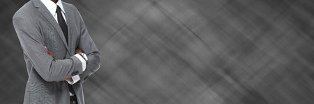 Zakenman draagt een grijs pak over grijze zakelijke achtergrond.